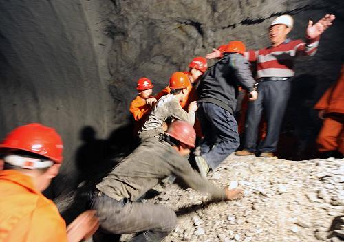 武昆高速公路最长隧道贯通--中国国情